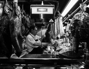 viande boucherie coupée par un homme